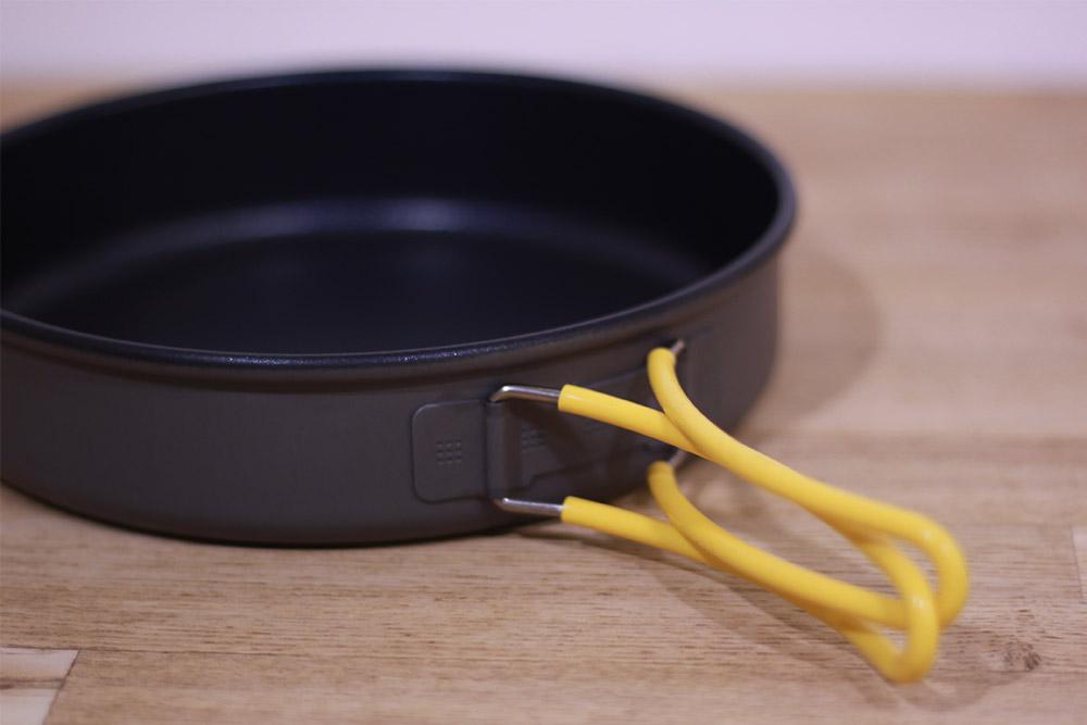 mont-bell(モンベル) アルパインフライパン18 1124698 ハンドルは折りたたんで使いやすく、ぐらつきを軽減できます