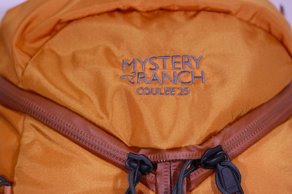 MysteryRanch(ミステリーランチ) クーリー 25 オレンジ 19761128005 3ジップの箇所に配置されたロゴ